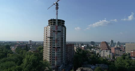 Construction of a multi-storey building, Tower crane, Unfinished multi-storey building, Building a high rise, Panoramic view Wideo