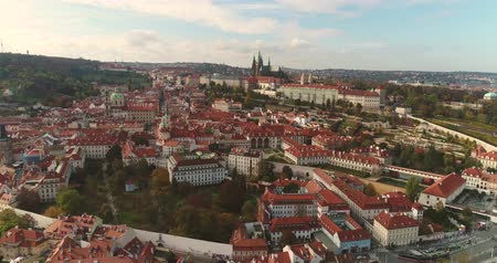 escala : Panoramic view from above to the city of Prague and Charles Bridge, tourists on the Charles Bridge, flying over the river along, Panoramic view from above, Vltava River, flight over the Charles Bridge