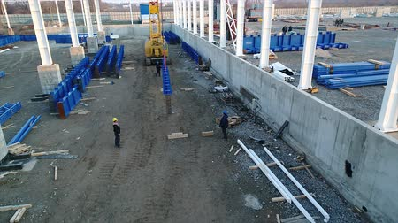 combinado : Plant Construction, Construction of a large factory or factory, Industrial exterior, Construction site, aerial view, metal and concrete structures, construction machinery Vídeos