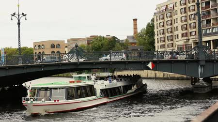 żelazko : View cityscape and Weidendammer Bridge on Spree river in Berlin city, Weidendammer Brcke, tourist ships on the river Spree, Friedrichstrasse, Berlin, Germany