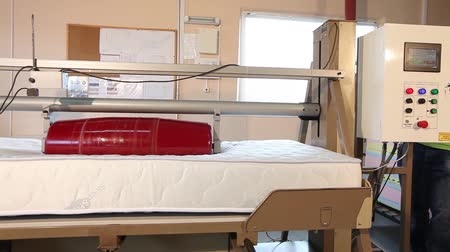 vystavený : Stress test of the mattress, strength test of the mattress in the laboratory, strength, modern factory, indoors