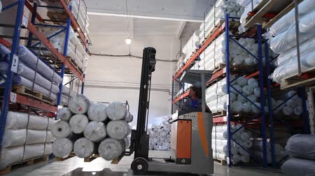 ingressou : Truck carry the goods, warehouse billets, wire, truck, shipping, electric, indoor, Industrial interior Stock Footage