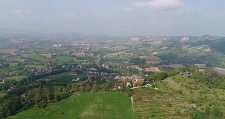 toskánský : Aerial view of the vineyards of Italy, small medieval town of Italy, Panoramic view from above of the vineyards of Italy