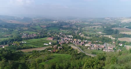 szampan : Valley with vineyards, Vineyards, a suggestive aerial video over a vineyards in an amazing tuscan landscape, in a beautiful day