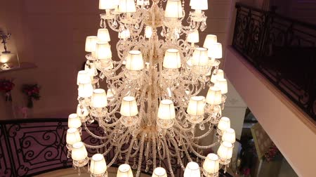 reciclagem : Vintage chandelier in the restaurant, interior Vídeos