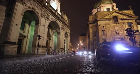 parke taşı : Night Prague, urban traffic on a night street, people cross the highway, Prague Castle, Prague