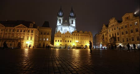 Česká republika : View across the Old Square towards the Church, timelapse, starom the central square of Prague, Prague Castle and Old Town, wide angle, view from the bottom point, Prague, October, 2017 Dostupné videozáznamy