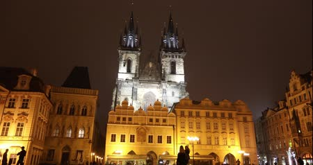 čeština : View across the Old Square towards the Church, timelapse, starom the central square of Prague, Prague Castle and Old Town, wide angle, view from the bottom point, Prague, October, 2017 Dostupné videozáznamy