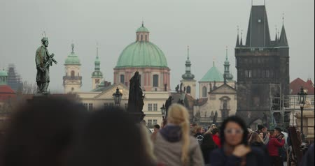 čeština : Time-lapse people on the Charles Bridge in Prague against the backdrop of the clock tower, Prague, 2017