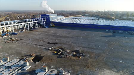 warsztat : Plant Construction, Construction of a large factory, Industrial exterior, Construction site, aerial view, metal and concrete structures, construction machinery, building of a modern factory Wideo