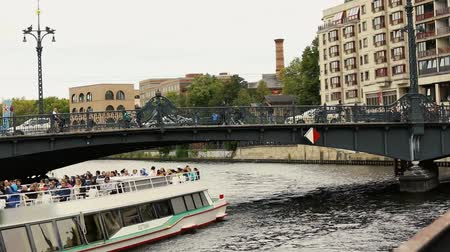 sas : View cityscape and Weidendammer Bridge on Spree river in Berlin city, Weidendammer Brcke, tourist ships on the river Spree, Friedrichstrasse, September 10, Berlin, Germany