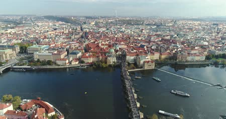çek cumhuriyeti : Panoramic view from above to the city of Prague and Charles Bridge, tourists on the Charles Bridge, Vltava River, flight over the Charles Bridge Stok Video