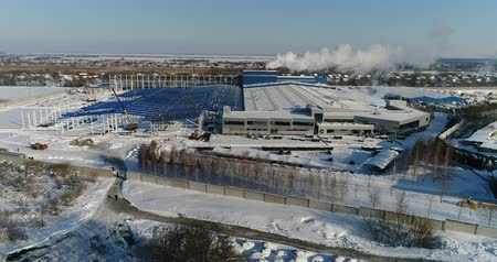 морозный : A modern factory or commercial building, the exterior of a modern factory or plant, building facade and car parking, panoramic view from the air, winter time, sunny day, blue sky Стоковые видеозаписи