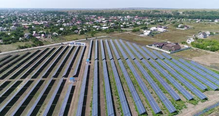 солнечный : Panoramic view of a solar power plant, rows of solar panels, solar panels, top view, Aerial view to solar power plant, Industrial background on renewable resources theme, power station, top view