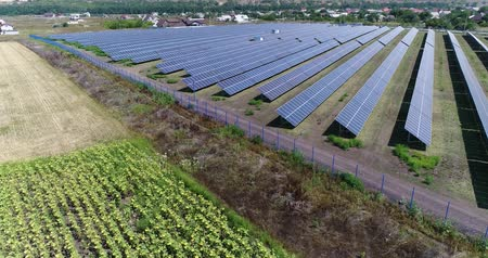 солнечный : Aerial view to solar power plant. Industrial background on renewable resources theme. flying over rows of solar panels, solar panels, solar panels on the field, top view, View from above, 4K