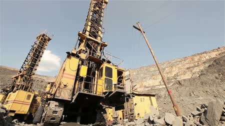 minério : The pit drill panorama, Industrial drilling rig in a quarry, large drilling machine Vídeos
