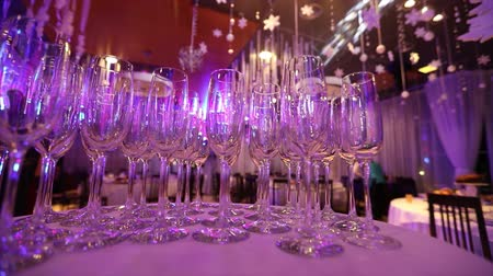 beállítás : Clean glasses on a table prepared by the bartender for champagne and wine, Glasses with champagne on the table in the restaurant, glasses of champagne on festive table