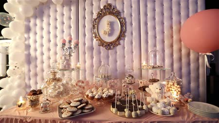 bandeja : Candy bar in the restaurant, childrens party, a white teddy bear with a butterfly on her neck, lit candle, teddy bear on a table Candy bar, close-up, Candy bar design, design Candy Bar