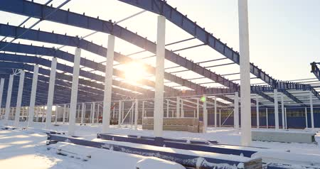 proti : Construction of a modern factory or warehouse, modern industrial exterior, panoramic view, Modern storehouse construction site, the structural steel structure of a new commercial building Dostupné videozáznamy