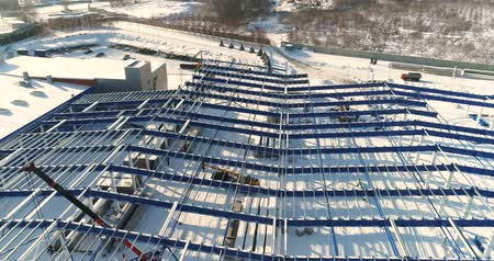 estrutural : Construction of a modern factory or plant, Industrial area in winter, panoramic view from the air. Modern plant on the snow-covered field, the structural steel structure of a new commercial building