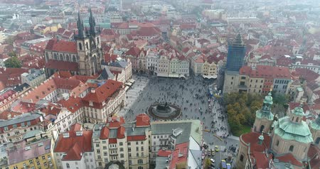 çek cumhuriyeti : Panoramic view from above on the Prague Castle. Aerial of the city, view from above on the cityscape of Prague. Flight over the city, top view, Old Town Square, Prague Stok Video