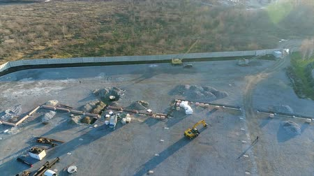 área de trabalho : Construction of a large plant or factory, Industrial exterior, panoramic view from the air, Construction site, metal structure, construction machinery, Aerial view of the construction Stock Footage