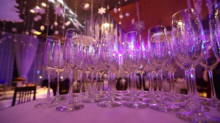 szampan : Clean glasses on a table prepared by the bartender for champagne and wine, Glasses with champagne on the table in the restaurant, glasses of champagne on festive table