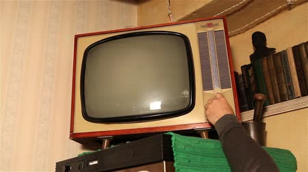 zobrazit : Old TV, retro TV in an old interior. Authentic Static On Old Fashioned TV Screen