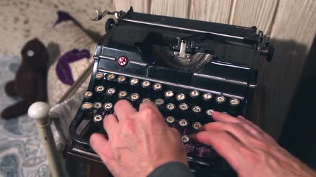 secretário : Old Vintage Typewriter Being Used By A man