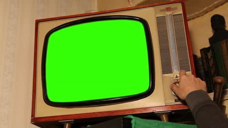 zobrazit : Old TV with green screen, retro TV in an old interior with a green screen Dostupné videozáznamy