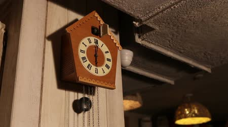 inferior : Cuckoo clock, old cuckoo clock on the wall, retro clock