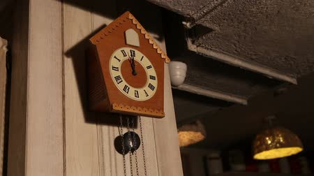 pendel : Wood Cuckoo Clock 12 OClock Chime Bird