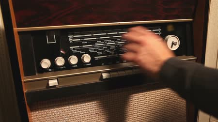 telefonkagyló : Retro radio, the man changes the frequency on the old radio receiver, the frequency change on the old receiver Stock mozgókép