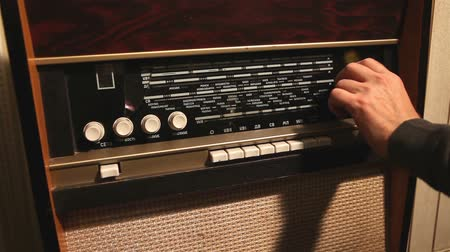 novela : Retro radio, the man changes the frequency on the old radio receiver, the frequency change on the old receiver Stock Footage