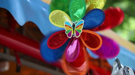 respiração : Brightly colored toy windmill, windmill colorful children, pinwheel, close-up Vídeos