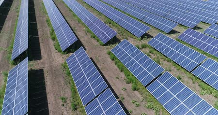 fotovoltaik : Aerial view to solar power plant. Industrial background on renewable resources theme. flying over rows of solar panels, solar panels, solar panels on the field, top view, View from above, 4K