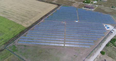sustentável : Panoramic view of a solar power plant, rows of solar panels, solar panels, top view, Aerial view to solar power plant, Industrial background on renewable resources theme, power station, top view,