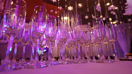 szampan : Empty glasses for champagne on the buffet table in the restaurant hall, buffet table, restaurant interior, glasses for champagne Wideo