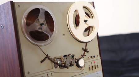 véu : Play and rewind the tape in the old reel tape recorder, Old reel-to-reel tape deck, the tape is twisted in coils on record player