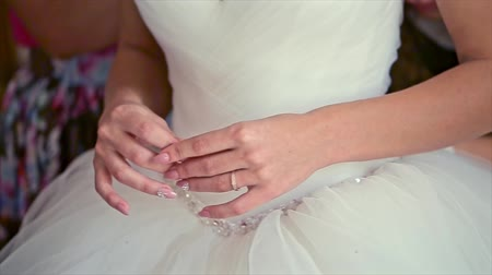 irreconhecível : Bride Hands on Wedding Dress.
