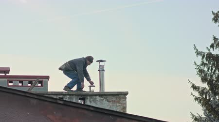 zastřešení : Builder man worker screwing self tapping screw with screwdriver machine during roofing construction works Dostupné videozáznamy