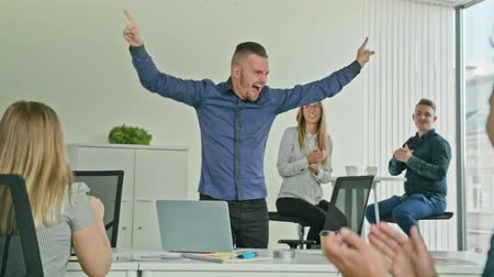 выражающий : Businessman celebrating success victory looking at the laptop diverse people group clapping expressing excitement in office
