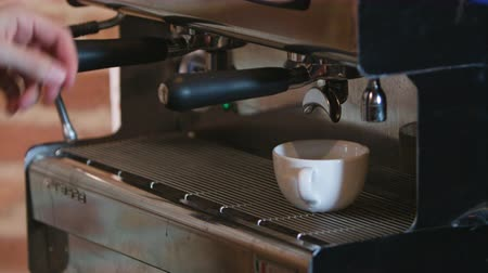 латте : Close-up of espresso pouring from coffee machine. Professional coffee brewing Стоковые видеозаписи