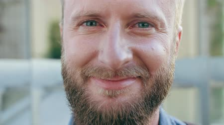 воротник : A happy smiling red-haired man with a beard in the city street. Close-up shot. Soft focus