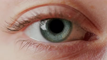göz : close-up macro eye opening human iris natural beauty Stok Video