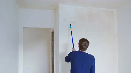 decorador : Man painting the room white. Decoration