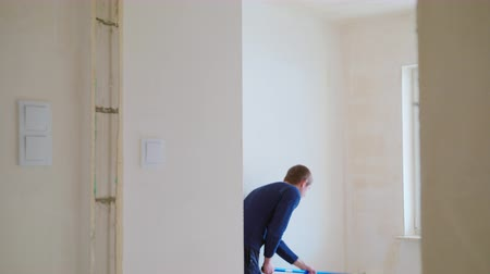 freska : Man painting the room white. Decoration