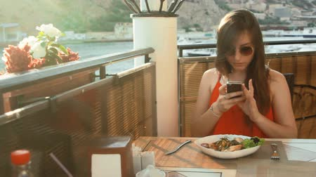 взятие : woman with smartphone taking cake picture at cafe