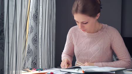 vonalvezetés : Woman drawing different business math graphs