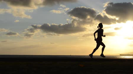 corrida : Woman Running By The Beach At Sunset